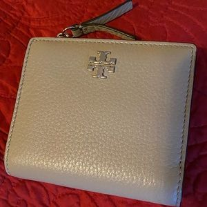 New Tory Burch Compact Frida Wallet French Grey